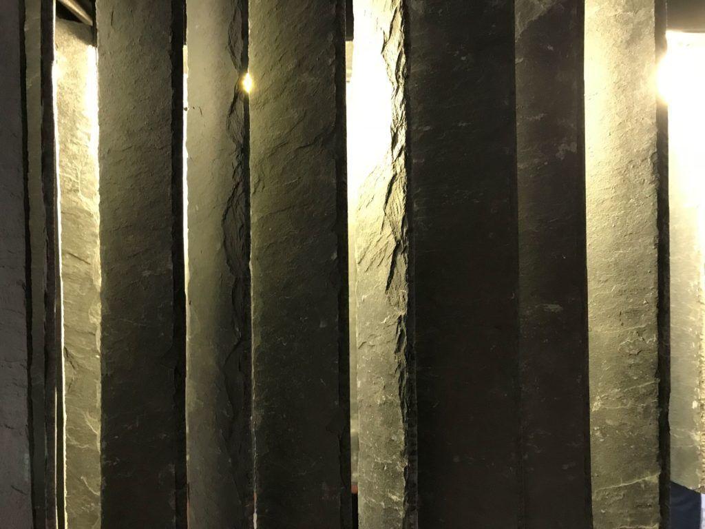 Gie El lampa wisząca RAIN lampa z łupka wystawa Korzenie Bielska Galeria BWA